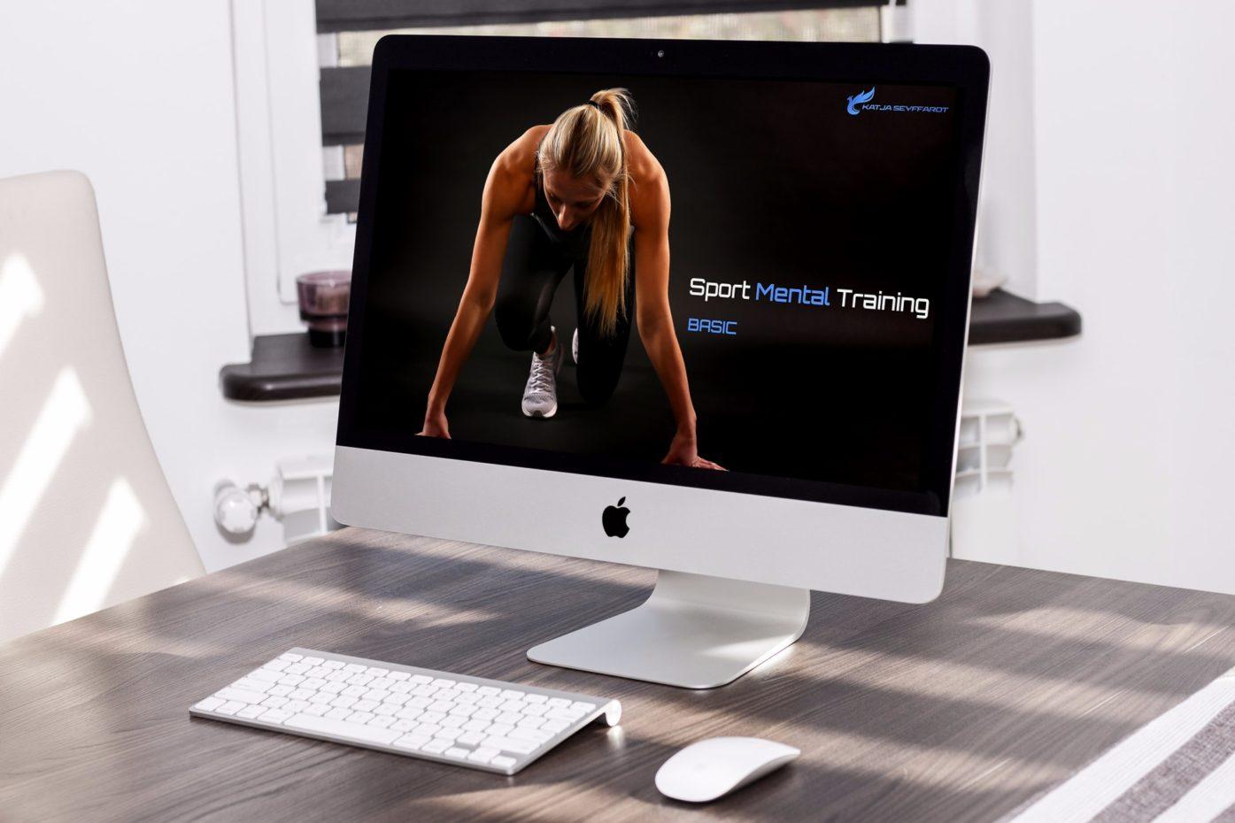 Computer steht auf dem Schreibtisch und das Startbild des Online Kurses ist sichtbar