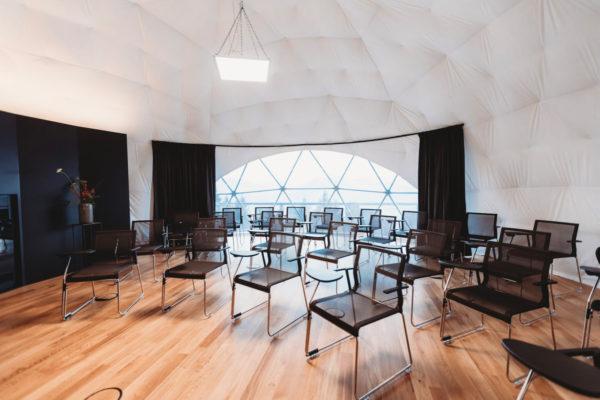 Seminar Pod, es stehen mehrere Stühle für die Seminarteilnehmer bereit